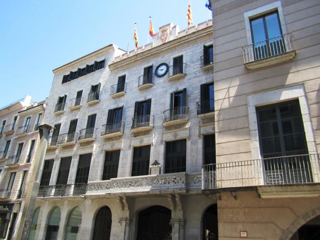 Cien ayuntamientos catalanes abren como rechazo al 12-O