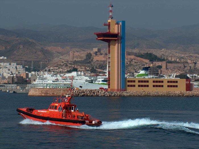 Salvan a 20 inmigrantes frente a las costas de Cádiz