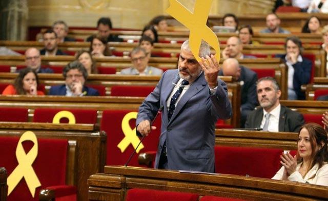 Torrent suspende el pleno del Parlament por una discusión sobre un lazo amarillo