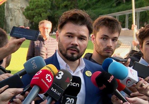 Rufián denuncia que un escolta de Sánchez mostró un fusil