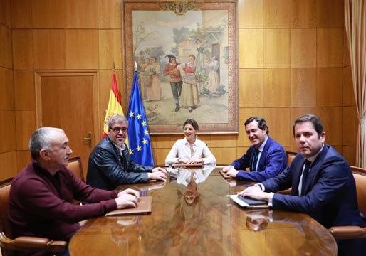 El Gobierno, la patronal y los sindicatos acuerdan subir el salario mínimo a 950 euros al mes