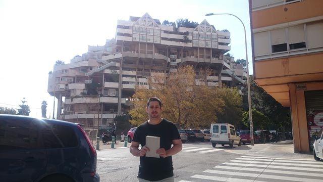 J. Nicolás Ferrando en el la fachada del Espai Verd. Foto de Rafael Corcoles.