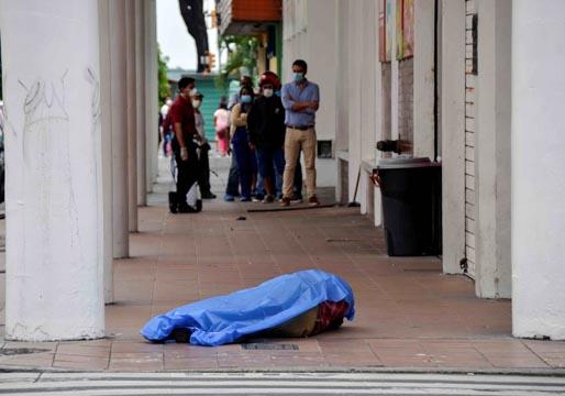 Vídeo que puede herir la sensibilidad del lector: Los cadáveres se amontonan en las calles de Ecuador