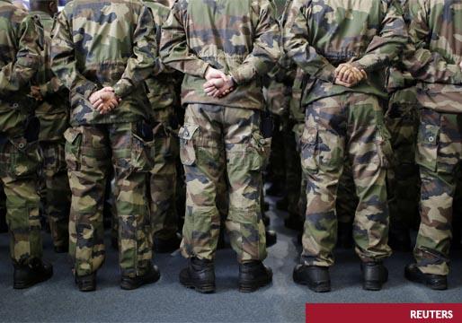 Un grupo de generales muestra su disconformidad con el Gobierno